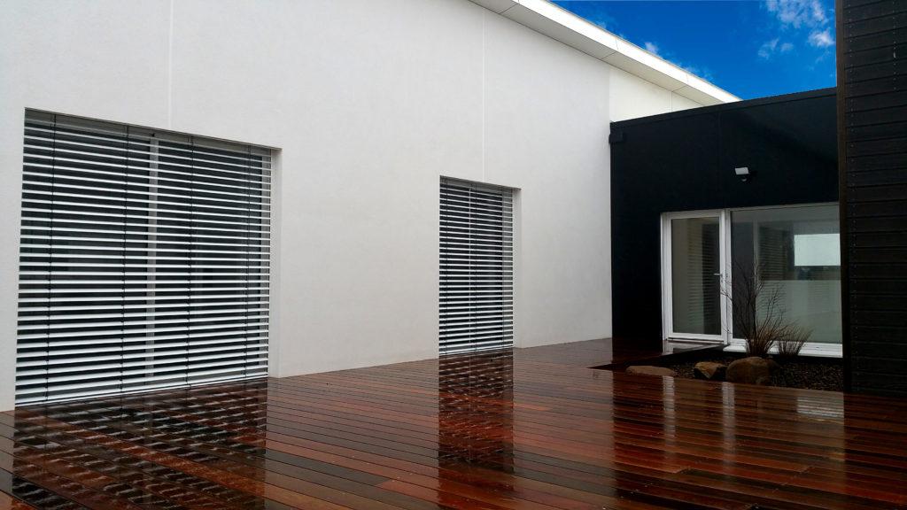 terrasse bois en ipe avec brise soleil orientable. Black Bedroom Furniture Sets. Home Design Ideas