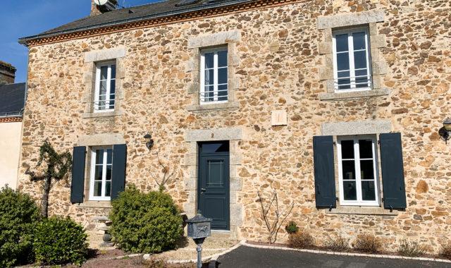 Fourniture et pose de volets battants et d'une porte d'entrée à Rocheservière.